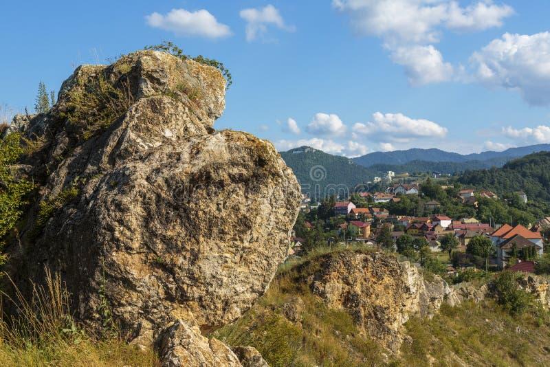 Cityscape met grote rots royalty-vrije stock afbeelding