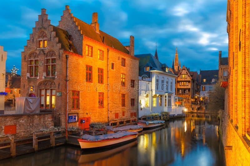 Cityscape met het schilderachtige nachtkanaal Dijver royalty-vrije stock foto