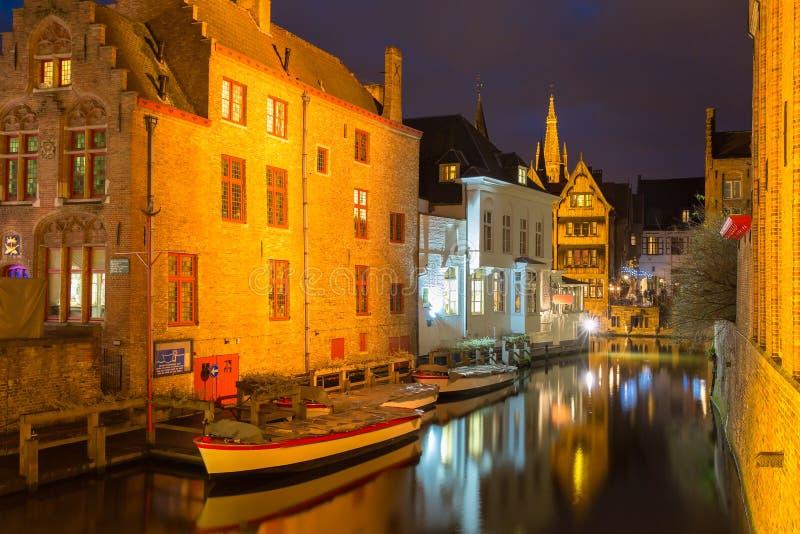 Cityscape met het schilderachtige nachtkanaal Dijver stock fotografie