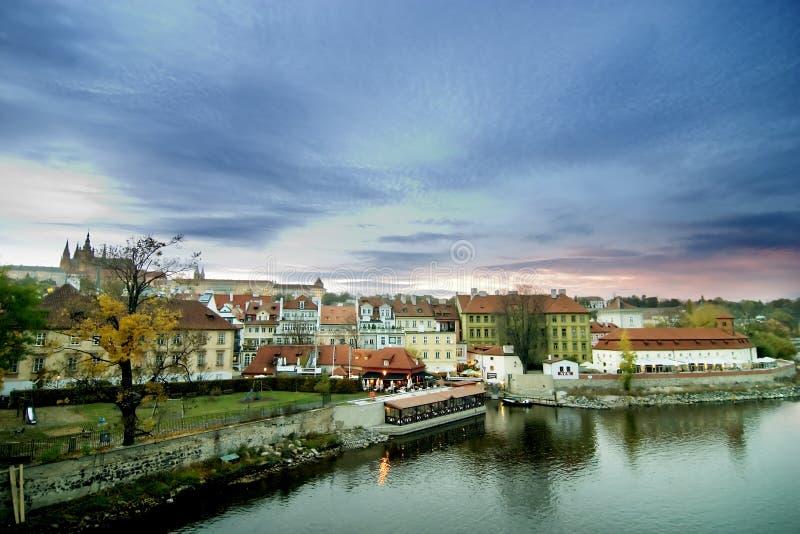 Cityscape met Kasteel - Praag stock afbeelding