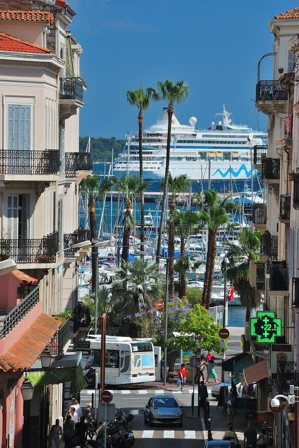 Cityscape met schip en palmen stock fotografie