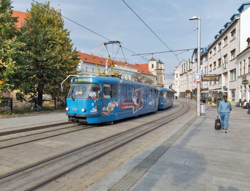 Cityscape met tram in de Oude Stad van Bratislava, Slowakije royalty-vrije stock fotografie