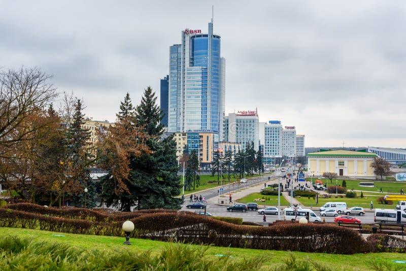 Cityscape met wolkenkrabbergebouwen op dijk van Svisloch-Rivier in centrum van Minsk wit-rusland royalty-vrije stock afbeeldingen