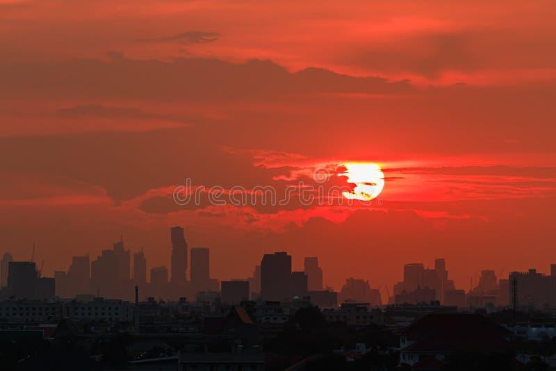 Cityscape met zonsondergang bij avond in Bangkok, Thailand stock afbeelding