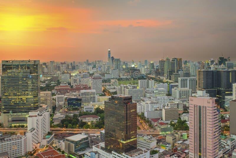 Cityscape in midden van Bangkok in nacht, Thailand stock foto's