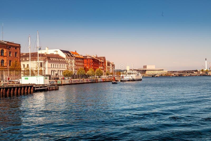 cityscape och flod med fartyg royaltyfria bilder