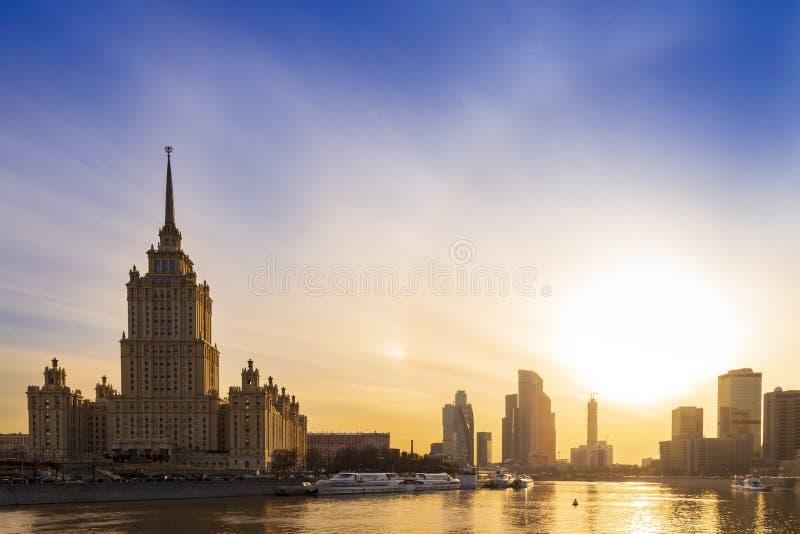 Cityscape och landskap av den i stadens centrum Moskva med den moderna skyskrapor, kontorsbyggnad och Moskva floden över soluppgå royaltyfri foto