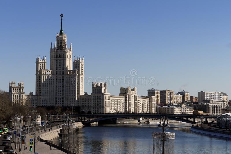 Cityscape och landskap av den i stadens centrum Moskva med den moderna skyskrapor, kontorsbyggnad och Moskva floden över soluppg arkivfoton