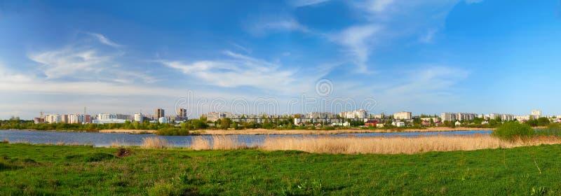 Cityscape op groen gras en blauwe hemel royalty-vrije stock foto