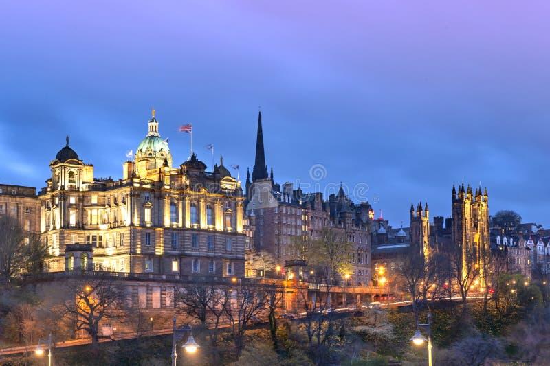 Cityscape in oud stadsdistrict van de Stad die van Edinburgh omhoog bij nacht in centraal Edinburgh, Schotland, het UK worden aan royalty-vrije stock foto's