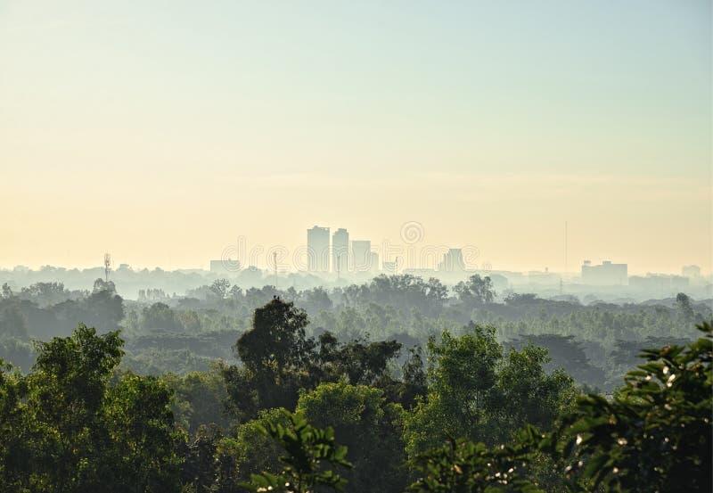 Cityscape på soluppgång med morgon från flygplats: Khon Kaen Thailand royaltyfria foton