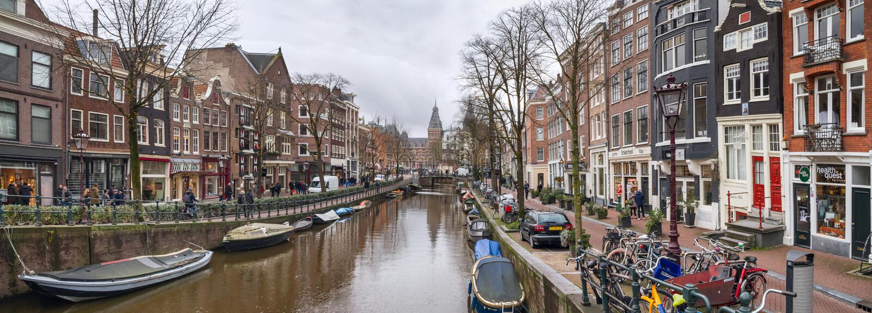 Cityscape panorama - sikt av stadskanalen med fartyg, stad av Amsterdam royaltyfri fotografi