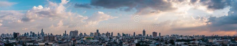 Cityscape panorama van Bangkok tijdens de zonsondergang met kleurrijke hemel in Thailand Azië stock foto's