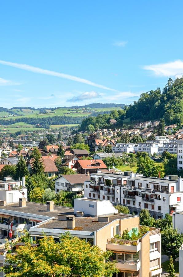 Cityscape of the piękne alpejskie miasto Thun w Szwajcarii Domy w dolinie otoczone zielonymi wzgórzami Miasto znajduje się w obraz stock