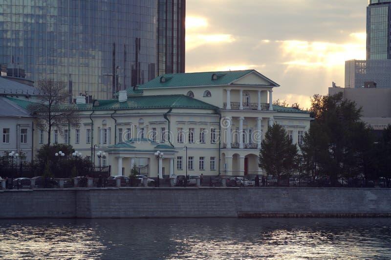 cityscape Straße 'Damm von Arbeitsjugend ' In der Mitte der Zusammensetzung ist das Haus des Hauptgebirgsleiters lizenzfreie stockfotos