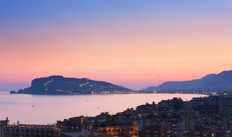 Cityscape van Alanya bij de zonsondergang, Turkije Bij het Schiereiland achtergrond van Alanya stock afbeeldingen