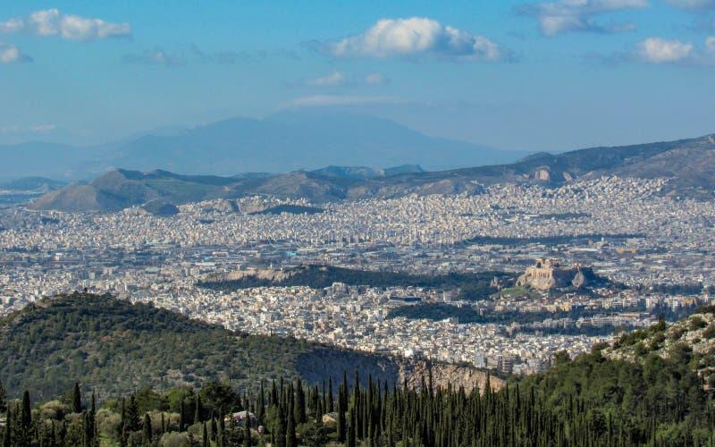 Cityscape van Athene in zonnige die dag met de Akropolis hierboven wordt gezien van, Griekenland Populaire reisbestemming in Euro royalty-vrije stock afbeelding