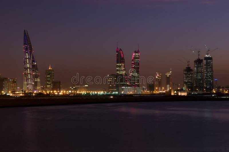 Cityscape van Bahrein in de nacht stock afbeeldingen