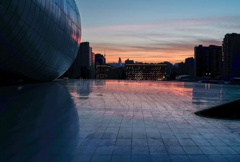 Cityscape van Baku bij zonsondergang stock afbeelding