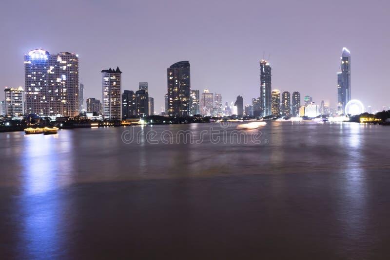 Cityscape van Bangkok bij nachtoriëntatiepunt, centrum de bedrijfs bouw van Thailand op de banken van Chao Phraya River royalty-vrije stock afbeeldingen
