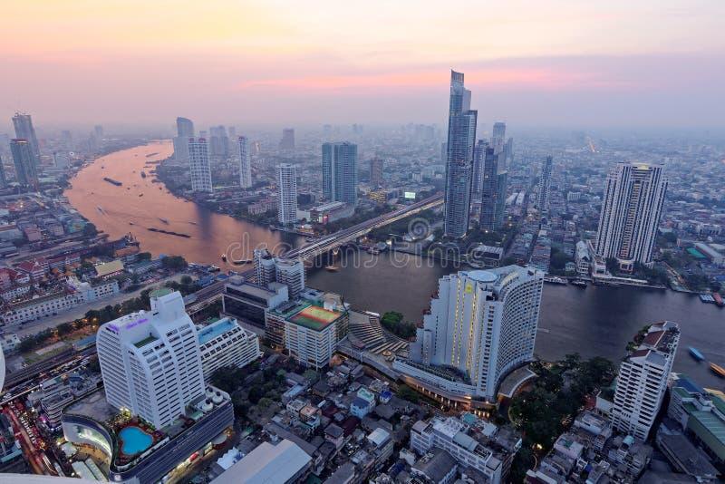 Cityscape van Bangkok bij zonsondergang in vogelperspectief stock afbeeldingen