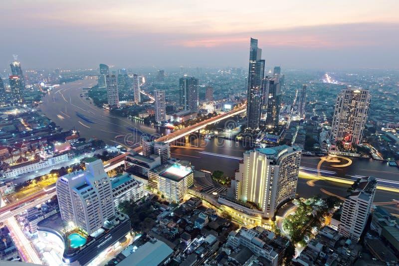 Cityscape van Bangkok bij zonsondergang in vogelperspectief stock afbeelding