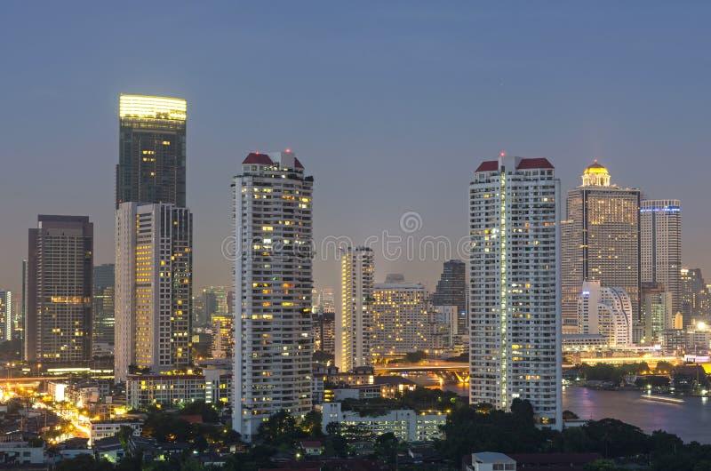 Cityscape van Bangkok. De riviermening van Bangkok in schemeringtijd royalty-vrije stock afbeelding