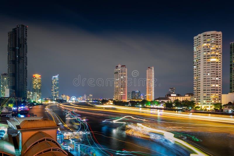 Cityscape van Bangkok en de Financiële Wolkenkrabberbouw bij Rivieroever Chao Phraya River Zaken de stad in en Bestemming die rei royalty-vrije stock afbeeldingen