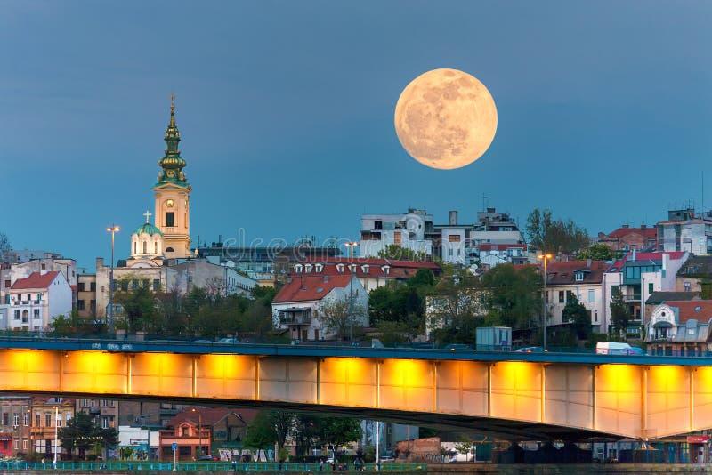 Cityscape van Belgrado in nacht van volle maan stock afbeelding