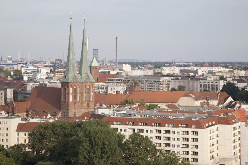 Cityscape van Berlijn met Nokolakirche-Kerk stock foto's