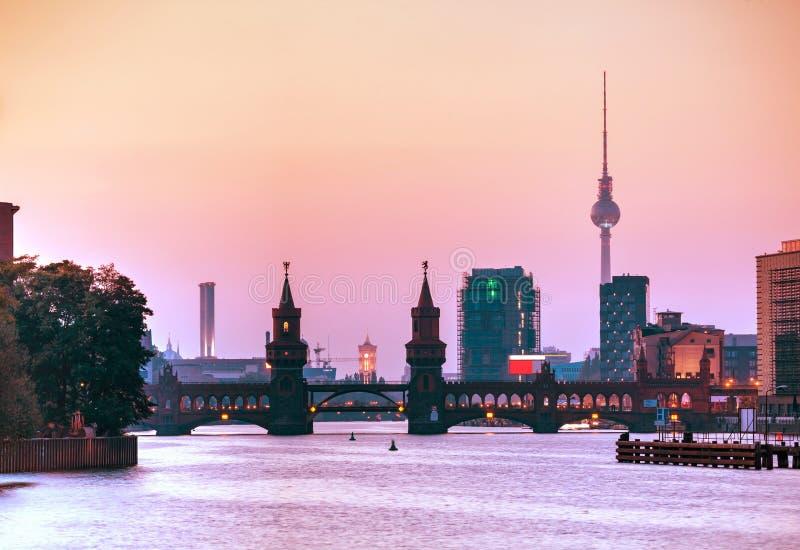 Cityscape van Berlijn met Oberbaum-brug royalty-vrije stock fotografie