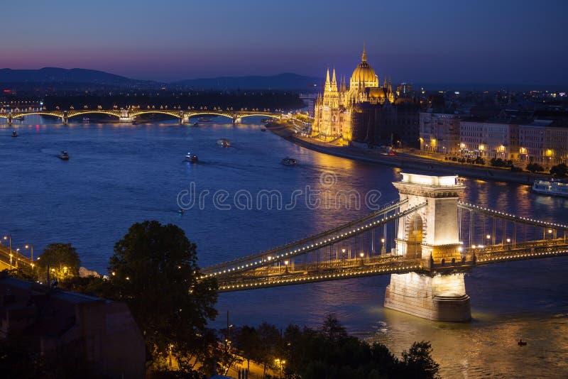Cityscape van Boedapest met Kettingsbrug en Parlementsgebouw stock afbeelding