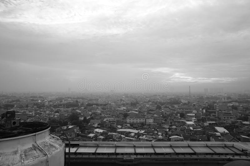 Cityscape van Centraal Djakarta met bewolkte hemel, Indonesië stock foto