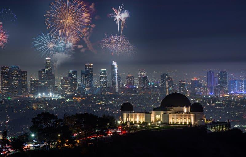 Cityscape van de binnenstad van Los Angeles met vuurwerk die Oudejaarsavond vieren royalty-vrije stock foto