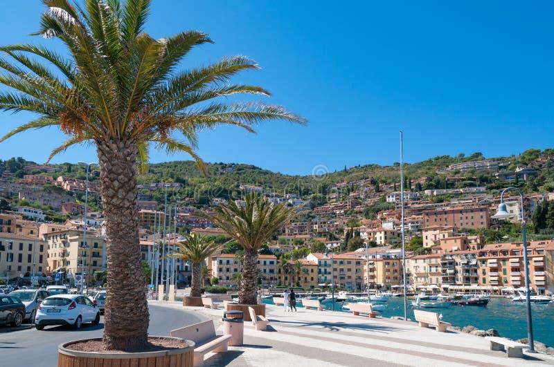Cityscape van de kust Italiaanse stad van de toeristentoevlucht van Porto Santo Stefano royalty-vrije stock afbeelding