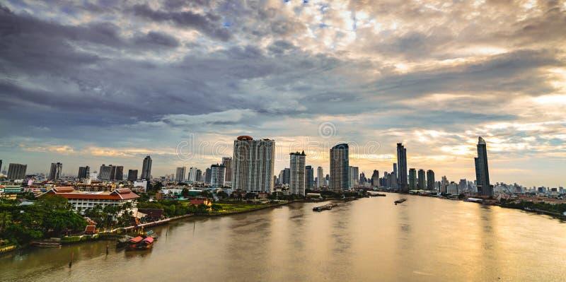 Cityscape van de moderne bouw dichtbij de rivier in de ochtend De moderne bouw van het architectuurbureau Wolkenkrabber met ochte royalty-vrije stock afbeeldingen
