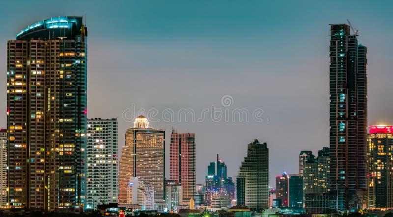 Cityscape van de moderne bouw in de nacht De moderne bouw van het architectuurbureau Wolkenkrabber met mooie avondhemel Zaken stock foto