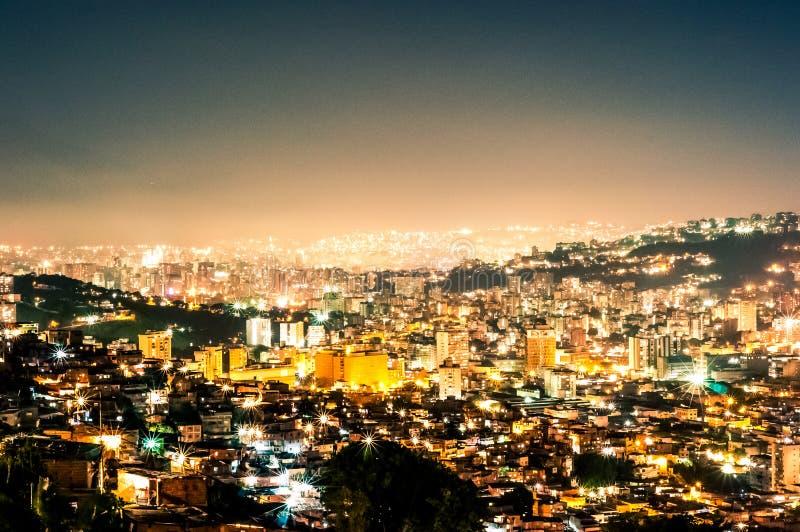 Cityscape van de nachtmening van Caracas tijdens de zomer duidelijke hemel met mening van heuvels met de krottenwijken, zogenaamd royalty-vrije stock afbeelding
