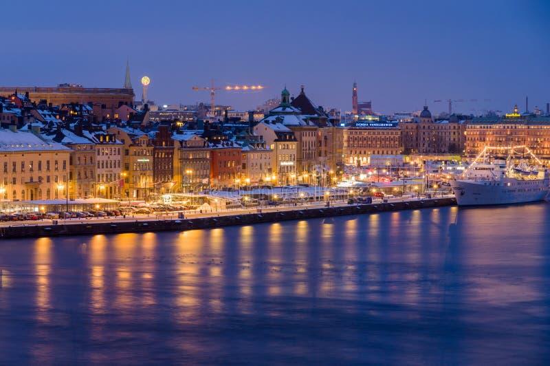 Cityscape van de nachtwinter van Stockholm, Zweden stock fotografie