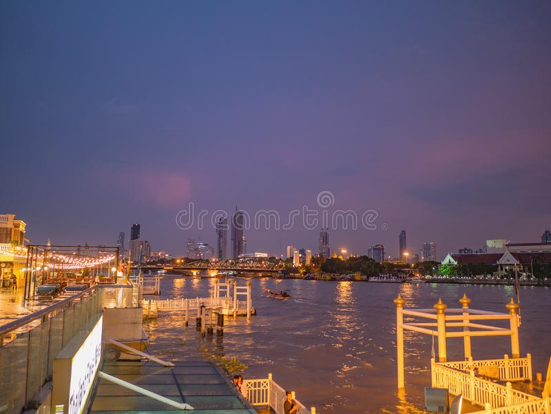 : CityScape van de Stad van Bangkok en Chao Phraya River met Mooie Zonsondergang van Yodpiman-rivier lopen in de Stad Thailand va royalty-vrije stock foto