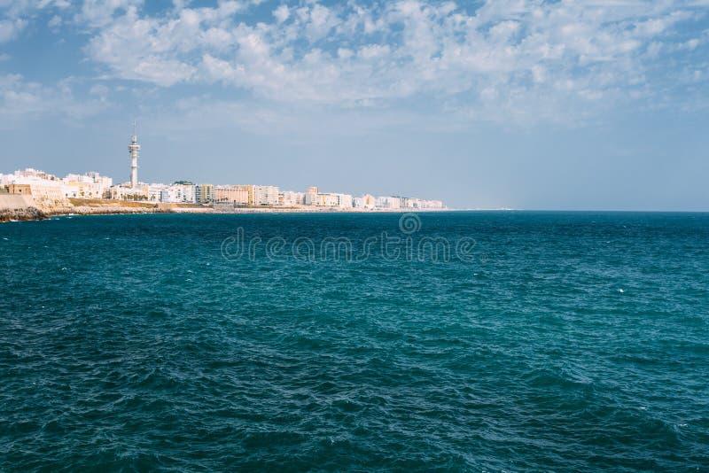Cityscape van de stad van Cadiz in Spanje Blauwe Hemel en Overzees royalty-vrije stock foto's