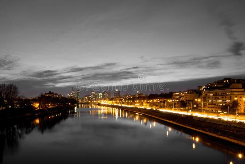 Cityscape van de waterkant bij nacht met lichten stock afbeeldingen