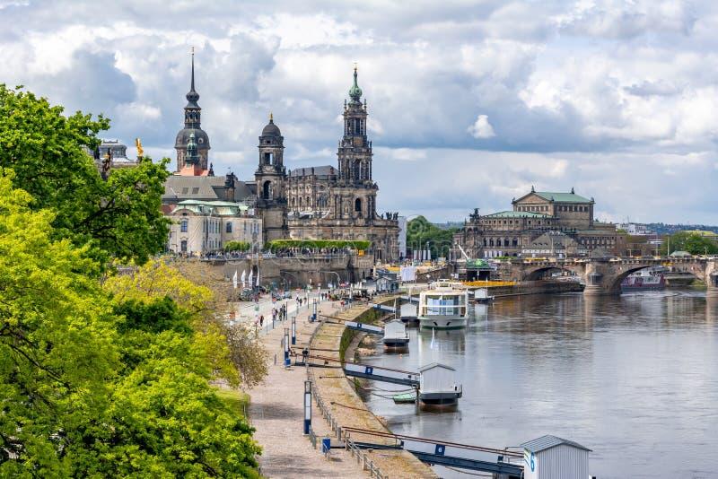 Cityscape van Dresden en Elbe rivier, Saksen, Duitsland royalty-vrije stock afbeeldingen
