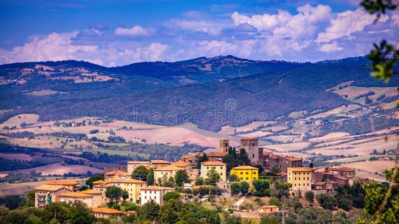 Cityscape van een oude stad in Maremma-Gebied in Toscanië dat van de heuvel, Maremma Italië wordt gezien stock afbeeldingen