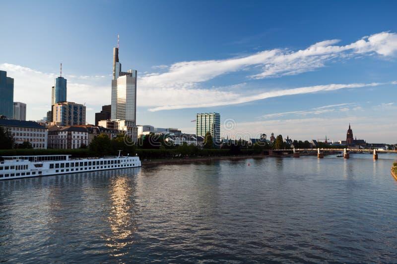 Cityscape van Frankfurt van Hoofdrivier stock foto's