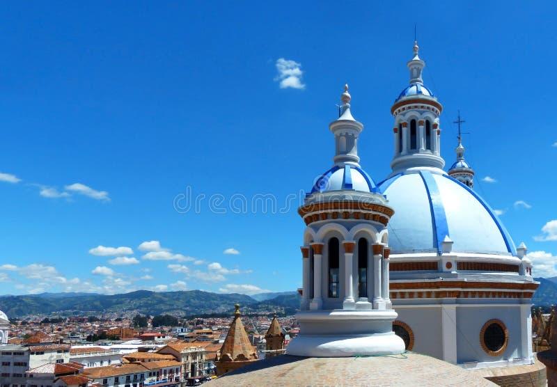 Cityscape van het historische centrum van Cuenca en torens van Nieuwe Kathedraal, Ecuador royalty-vrije stock afbeelding