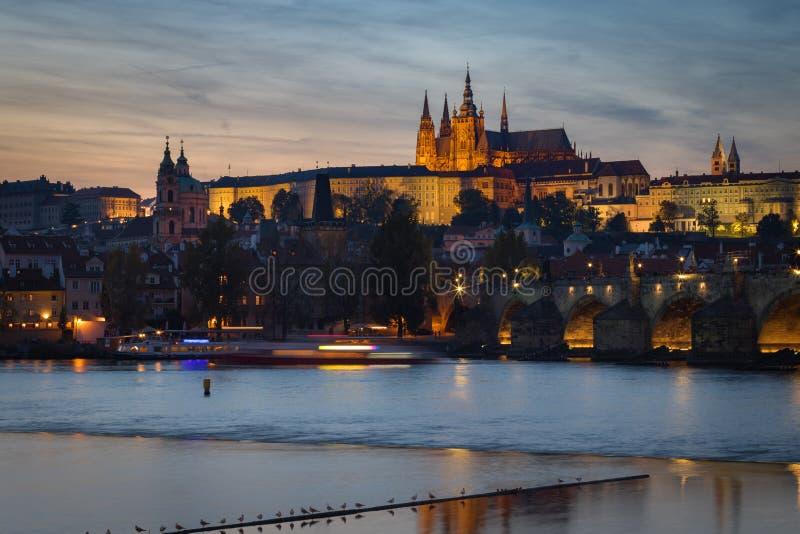 Cityscape van het Kasteel en Charles Bridge van Praag bij schemer stock foto's