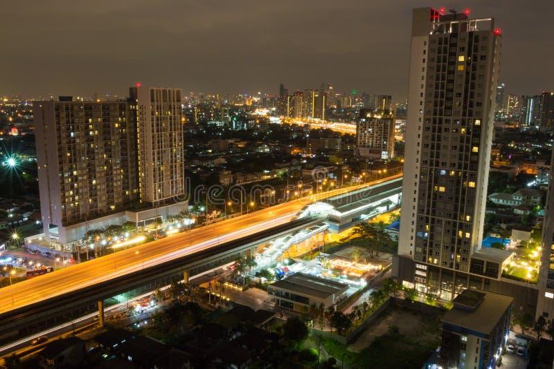 Cityscape van het nachtleven met skysrapers in grote stedelijk environmen royalty-vrije stock foto's