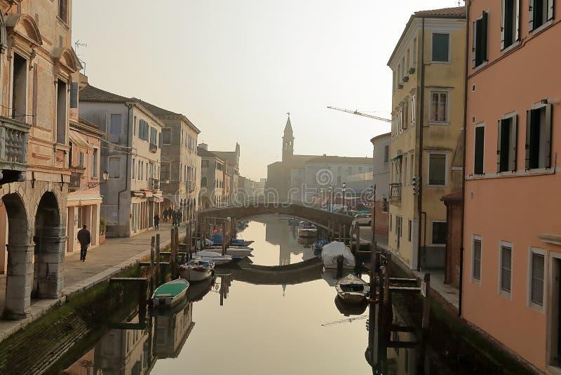 Cityscape van historisch de stadscentrum van Chioggia Kanaalader met boten stock afbeeldingen
