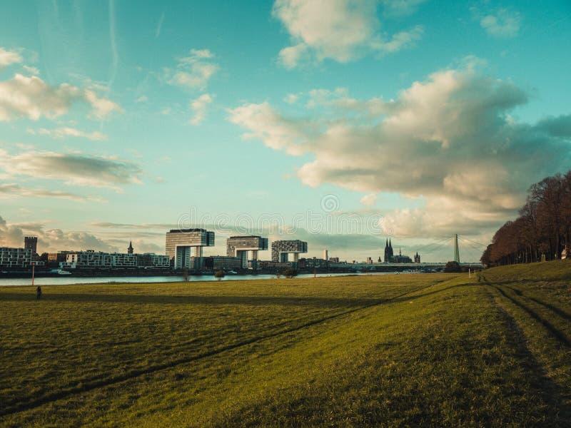 Cityscape van Keulen met de Kathedraal, Rheinauhafen en de Kraan van Keulen stock foto